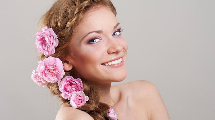 Çiçek aksesuarlı saç dizayn