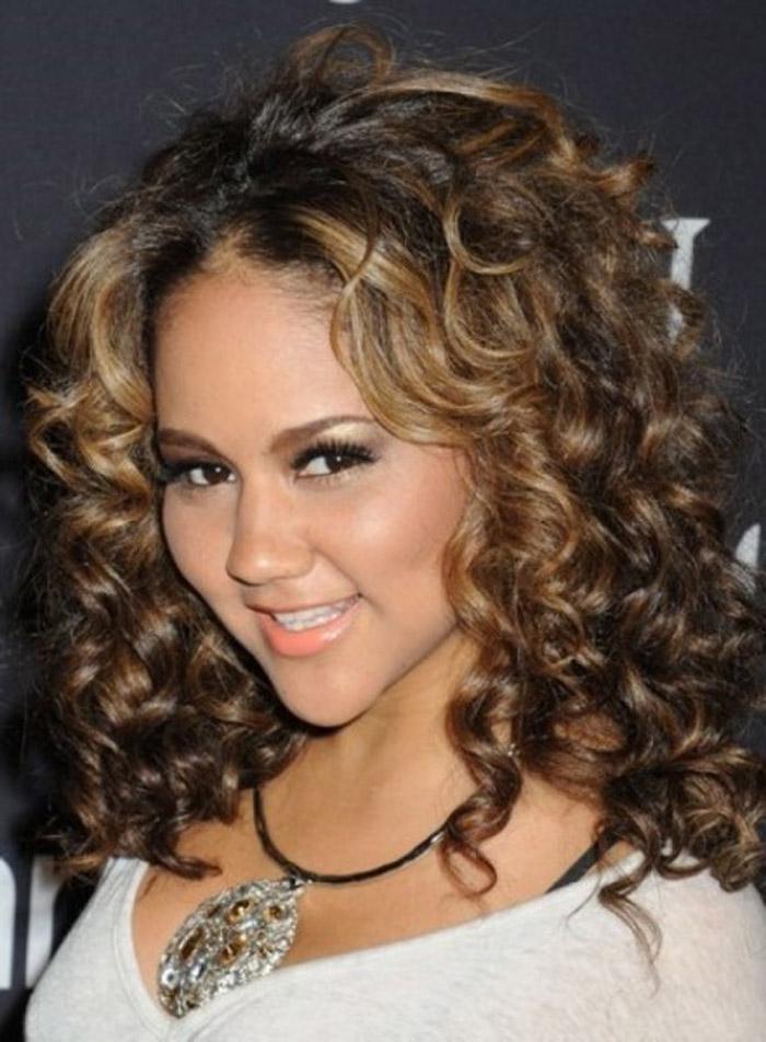 Doğal kıvırcık saç modelleri