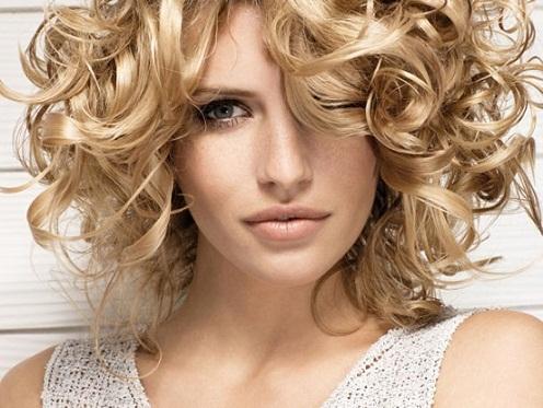 Katlı kesim kıvırcık saç modeli