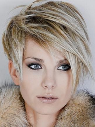 Kısa marjinal sarı saç modeli