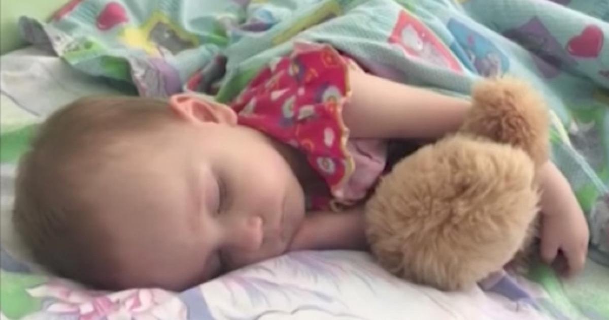 Era ușurată că fetița ei adormise în sfârșit după o noapte agitată, însă peste câteva ore a încercat să o trezească și a început să urle. Imediat a sunat ambulanța. Acum cere ajutorul tuturor. Uite ce a pățit copilul și ce imploră mama