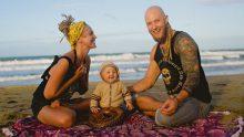 Bir Adada Yaşayan, Mutlu Modern Hippi Aile