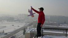 Dünyanın En Kötü Ve Sorumsuz Babası Bakın Kızına Neler Yapıyor