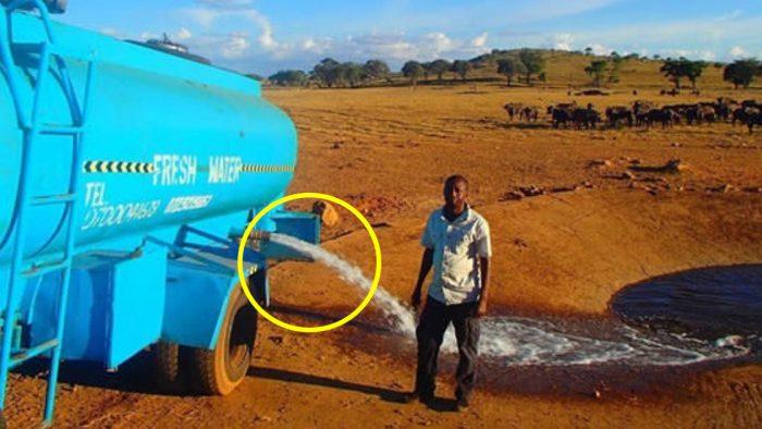 Her Gün 11 Bin Litre Suyla Etrafta Geziniyor – Aracındaki Ayrıntıya Dikkat Edince Nedenini Anlayacaksınız
