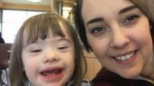 İki Kadın Down Sendromlu Kıza Ters Ters Baktı – Devreye Giren Bir Adam Anneyi Duygulandırdı