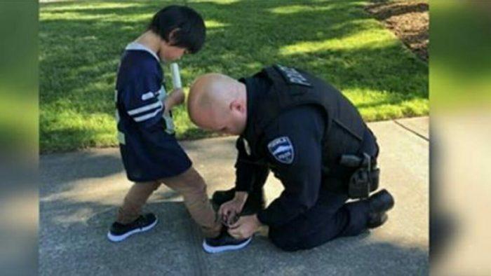 Ayakkabıları Olmadan Kanlı Çorapla Dolaşan Çocuğu Gördüler – Bir Sonraki Hamleleri İçinizi Isıtacak